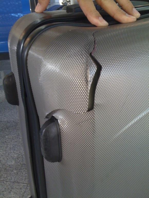 Eltört bőrönd