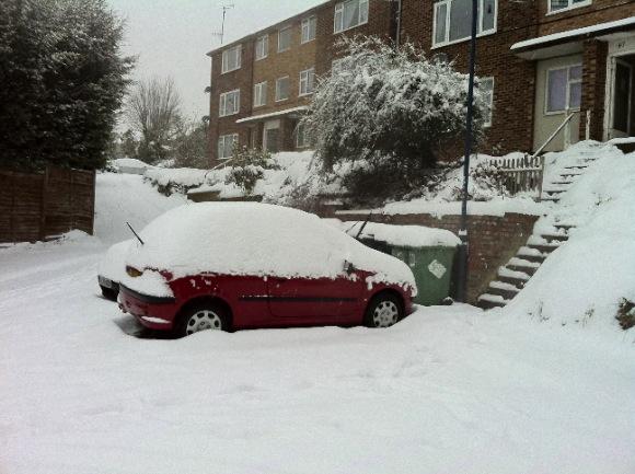 Kocsia a hóban